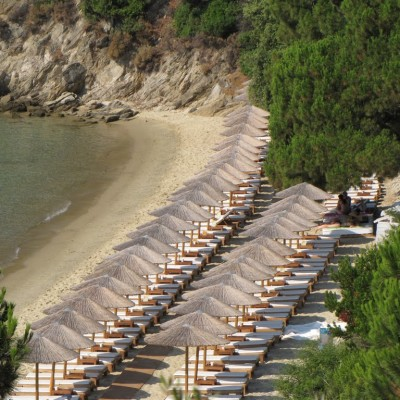 Private and quiet and excellent service just under the villa! Ampelakia beach